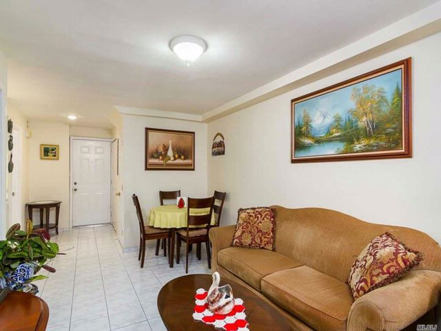 5 BR,  2.00 BTH Colonial style home in Corona