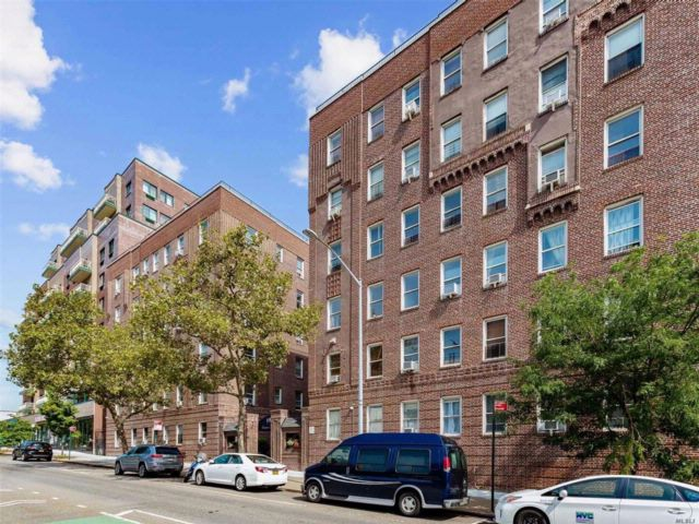 1 BR,  1.00 BTH  Co-op style home in Woodside