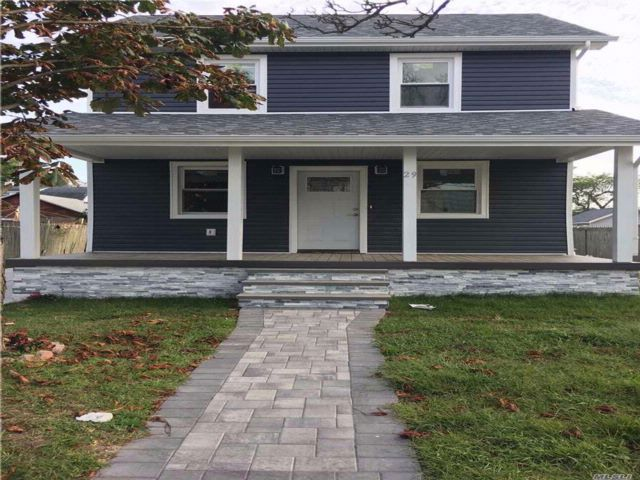 3 BR,  2.50 BTH Colonial style home in Freeport