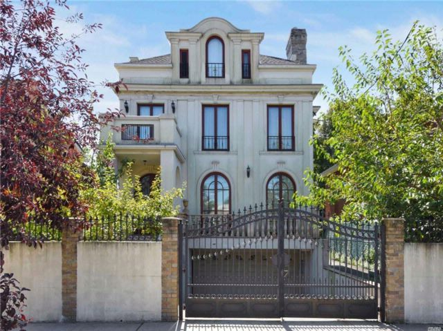 5 BR,  5.55 BTH Traditional style home in Forest Hills