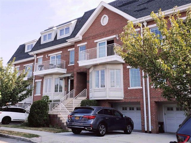 5 BR,  5.00 BTH Townhouse style home in College Point