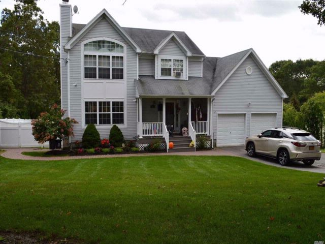 4 BR,  3.50 BTH Colonial style home in Farmingville