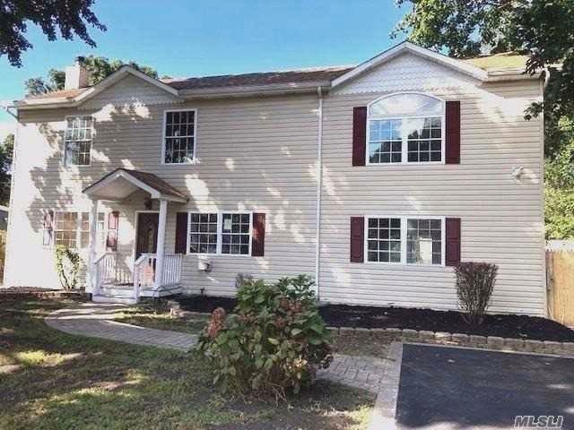 5 BR,  2.50 BTH Colonial style home in Selden