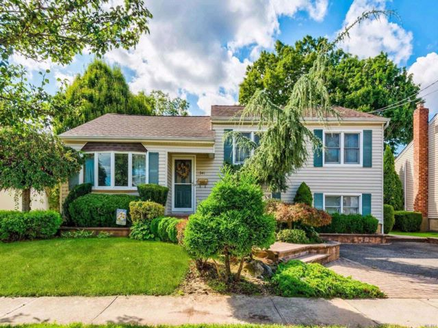 4 BR,  3.00 BTH Split style home in Bethpage