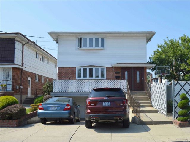 6 BR,  5.00 BTH  Colonial style home in Howard Beach