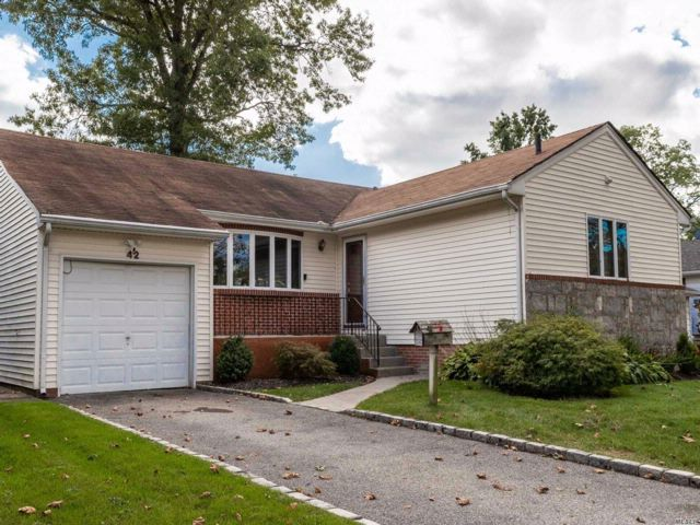 3 BR,  3.00 BTH Ranch style home in North Woodmere