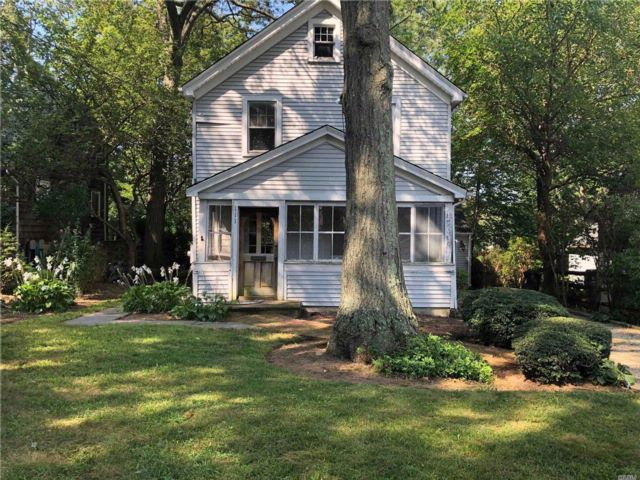 4 BR,  2.50 BTH Colonial style home in Northport
