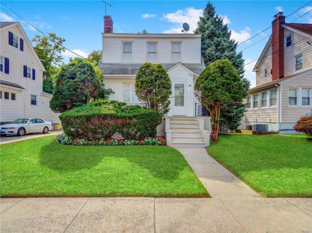 3 BR,  1.50 BTH Colonial style home in Hewlett