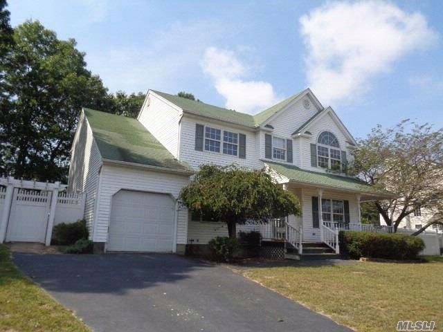 4 BR,  3.00 BTH  Contemporary style home in Holtsville