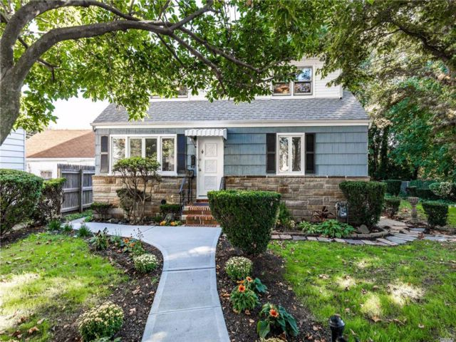 5 BR,  2.00 BTH  Exp cape style home in North Bellmore