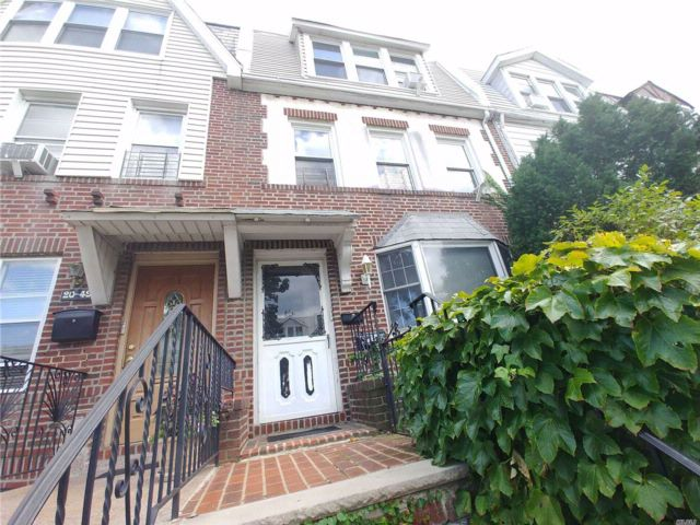 5 BR,  2.50 BTH Colonial style home in Astoria