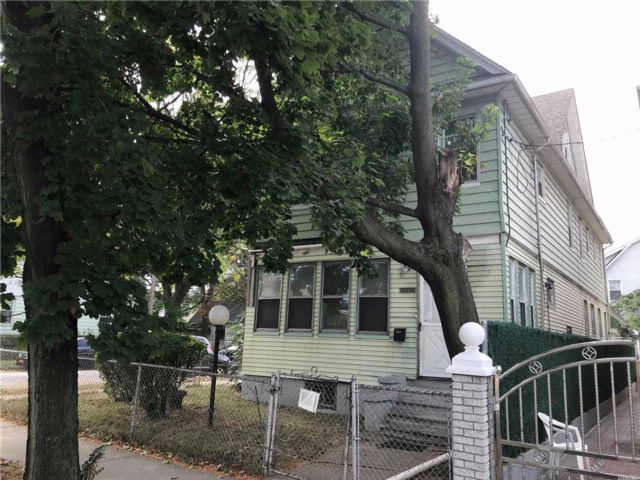 7 BR,  3.00 BTH Colonial style home in Jamaica