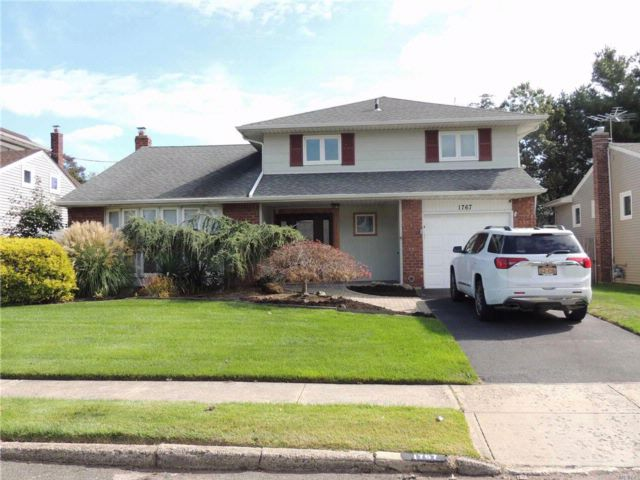 3 BR,  1.50 BTH  Split style home in Wantagh