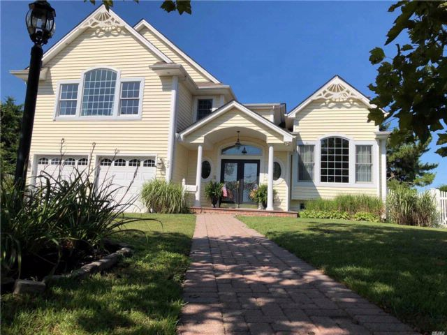 4 BR,  2.50 BTH Victorian style home in West Islip