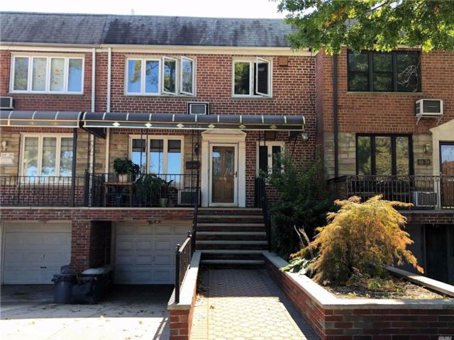 4 BR,  3.00 BTH Townhouse style home in Middle Village