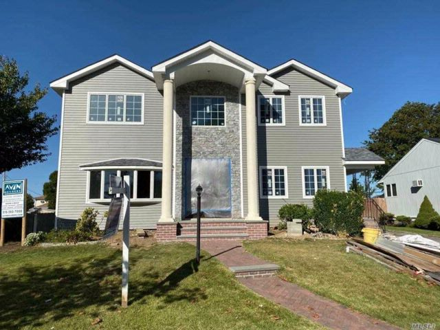 6 BR,  4.50 BTH Colonial style home in Hicksville