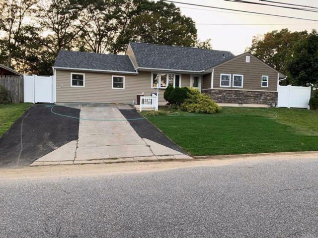 4 BR,  3.00 BTH Splanch style home in Brentwood