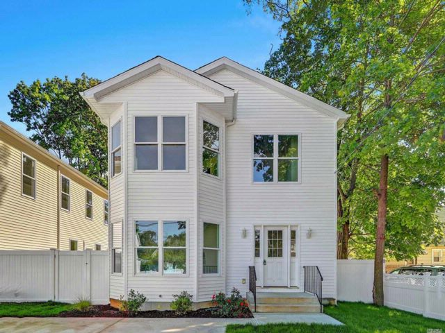 4 BR,  2.50 BTH  Post modern style home in Roosevelt