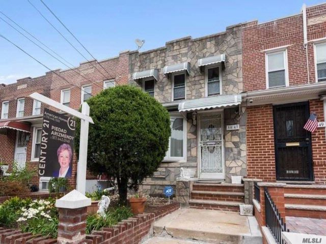 3 BR,  2.50 BTH Colonial style home in Woodside