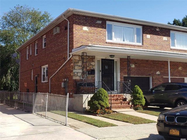 5 BR,  3.50 BTH 2 story style home in Flushing
