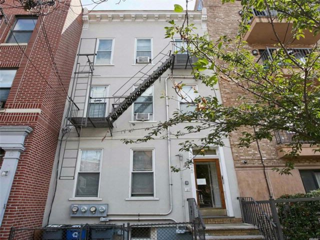 7 BR,  3.00 BTH  Townhouse style home in Astoria