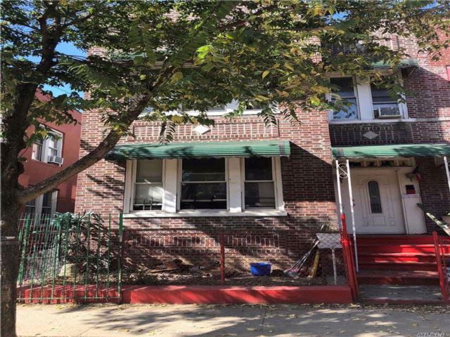 8 BR,  3.00 BTH  Colonial style home in Soundview