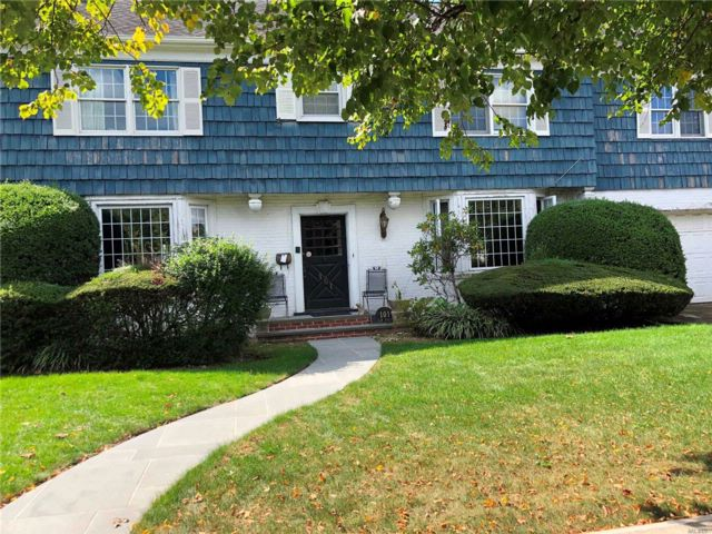 7 BR,  5.50 BTH  Colonial style home in Woodmere