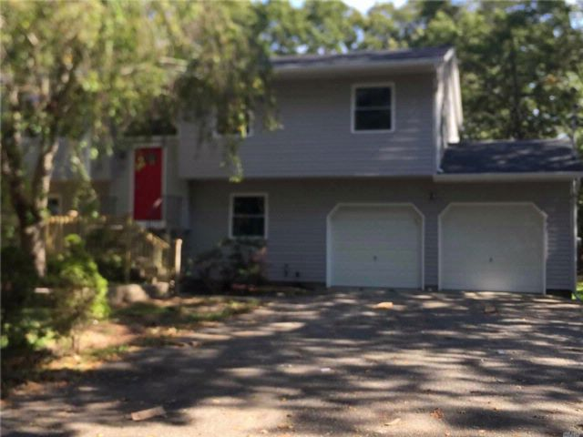 5 BR,  2.00 BTH Hi ranch style home in Mastic