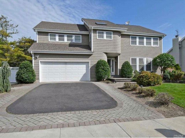 4 BR,  2.50 BTH  Contemporary style home in Farmingdale