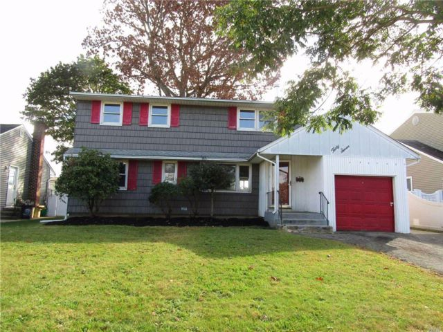 3 BR,  2.50 BTH Colonial style home in Farmingdale