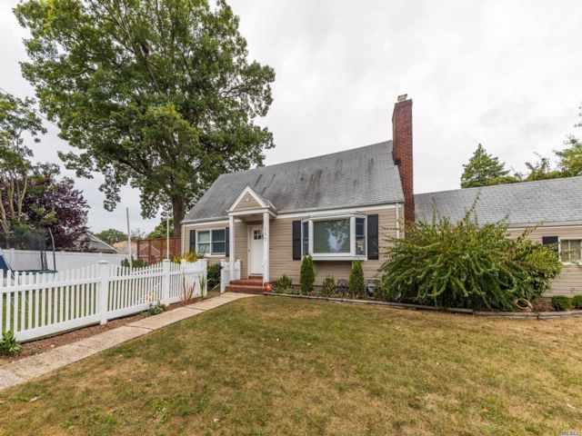 4 BR,  2.00 BTH  Cape style home in South Hempstead