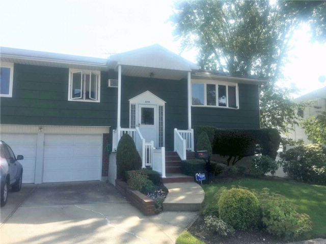 4 BR,  2.50 BTH  Hi ranch style home in North Bellmore