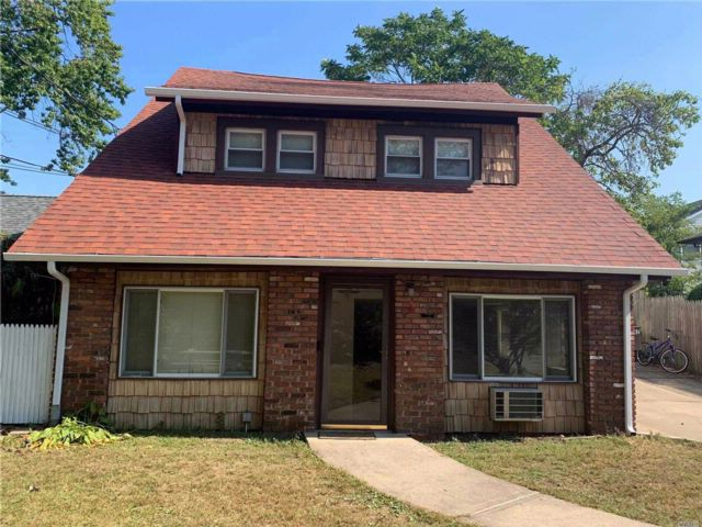 2 BR,  1.00 BTH 2 story style home in Albertson