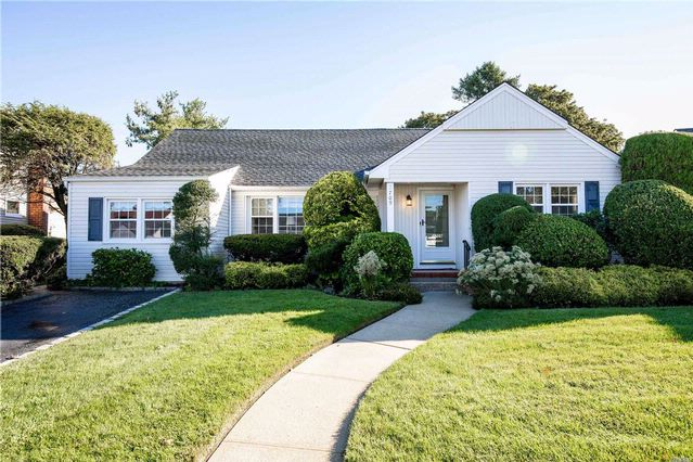 5 BR,  2.00 BTH  Exp ranch style home in Wantagh