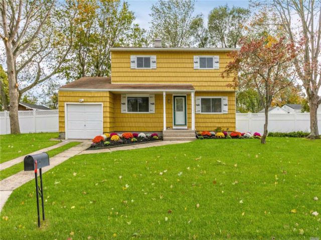 4 BR,  1.50 BTH Colonial style home in Selden