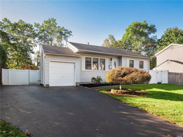 3 BR,  1.00 BTH Ranch style home in Commack