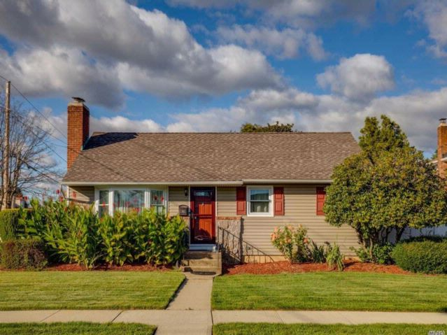 3 BR,  1.50 BTH Ranch style home in Bethpage