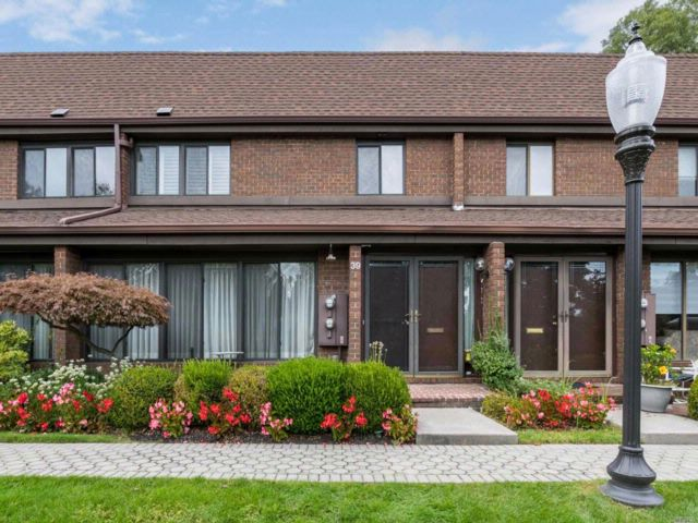 2 BR,  2.50 BTH Condo style home in Roslyn