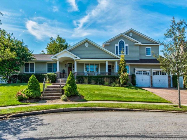 6 BR,  3.00 BTH  Exp ranch style home in Massapequa Park