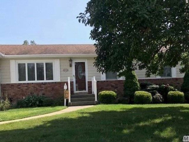 3 BR,  3.00 BTH  Ranch style home in West Babylon