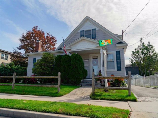 3 BR,  1.00 BTH  Colonial style home in Hicksville