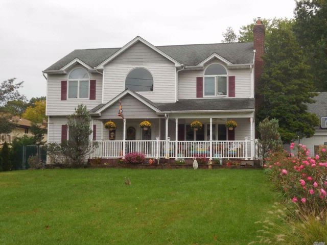 5 BR,  3.50 BTH Colonial style home in Merrick