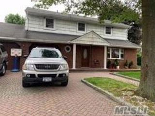 6 BR,  2.00 BTH  Splanch style home in Central Islip
