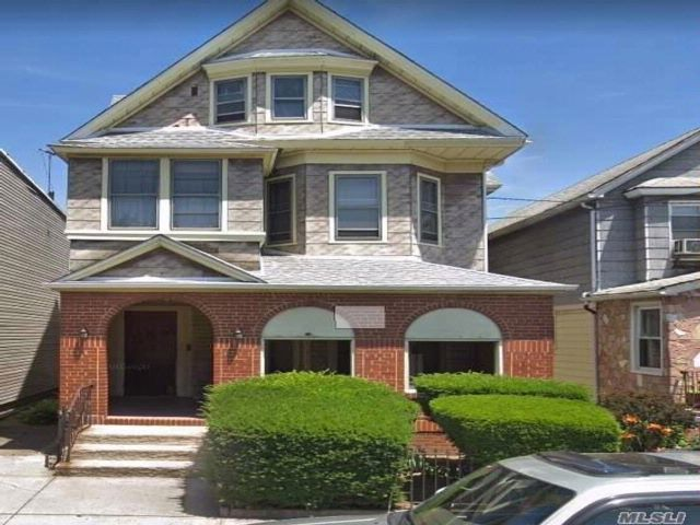 10 BR,  5.00 BTH Colonial style home in Richmond Hill