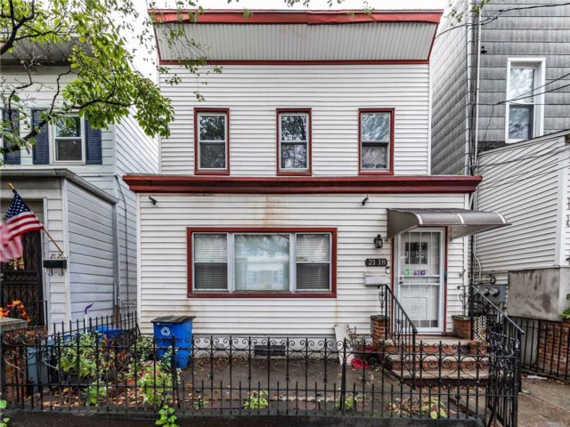 5 BR,  2.00 BTH  2 story style home in Astoria