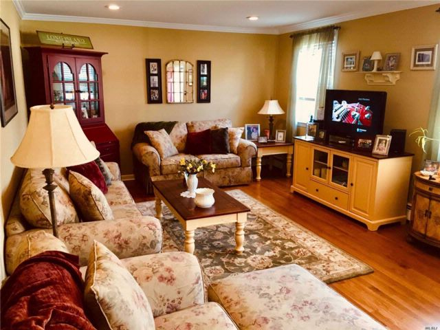 1 BR,  1.00 BTH Co-op style home in North Bellmore
