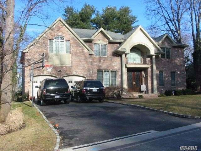 5 BR,  4.55 BTH Colonial style home in Roslyn