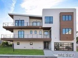 5 BR,  4.50 BTH  Contemporary style home in Lido Beach