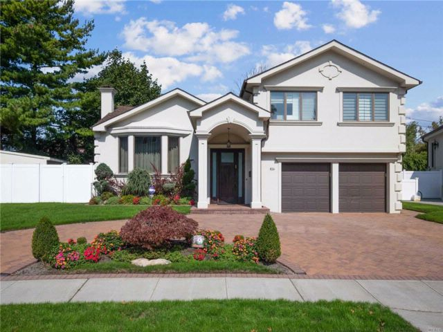 4 BR,  2.50 BTH Split style home in North Woodmere