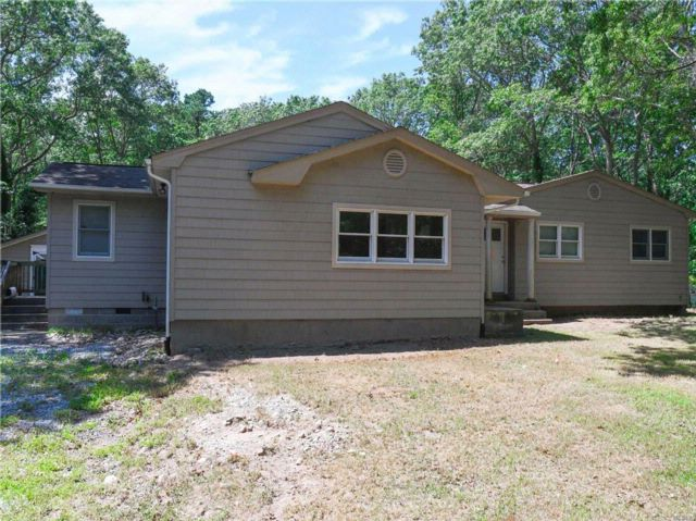 5 BR,  3.00 BTH Ranch style home in Coram